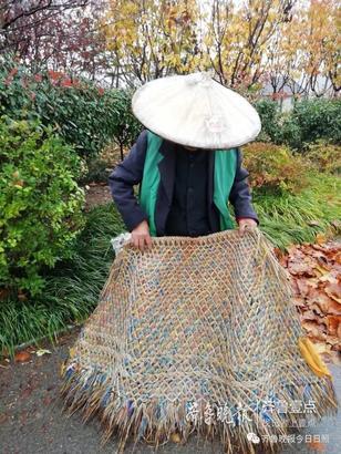 像这种蓑衣已经成了家里的老物件, 编织蓑衣的手艺也快要失传了… 小编想着 能不能找这位大爷预定一件?