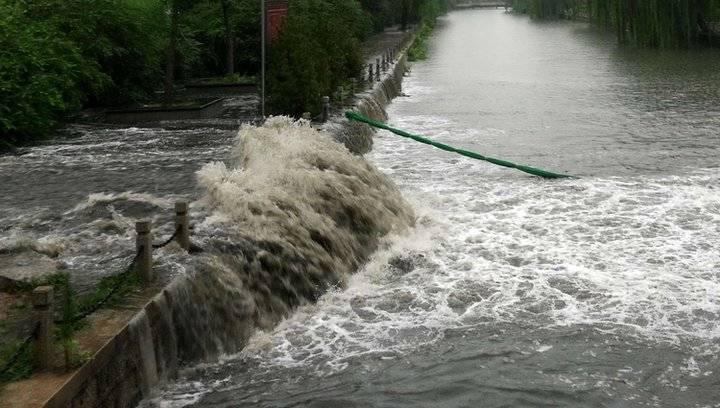 果然视频 济南大雨来得急,河道出现大瀑布景观