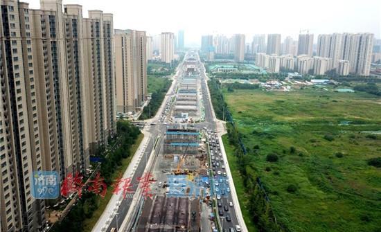 7月12日,济南西部青岛路,北园高架路西延工程正紧张有序施工。据了解,北园快速路西延工程东起匡山立交桥,西至京台高速西侧规划南北三号路,长约5.6公里,共有墩柱160个,规模十分宏大。目前,西延工程规模初显,通车后可直接到达西客站、京台高速,将成为济南首条贯穿东西的城市快速路。(济南日报)