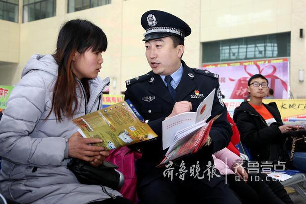 图为2月9日,民警向旅客宣传禁毒知识。