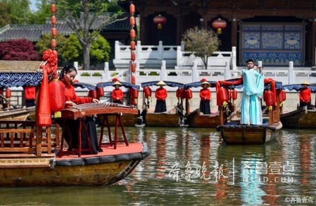 古城景区员工在古运河游船上载歌载舞