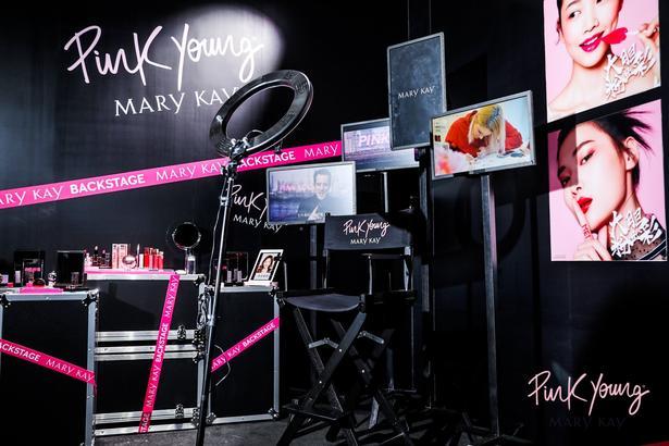 Pink Young 在彩妝界初露鋒芒之時就被特邀成為全國最大的時尚盛事之一——上海時裝周 2019 秋冬 GALALAND 社交禮服發布官方指定專業彩妝類合作伙伴。