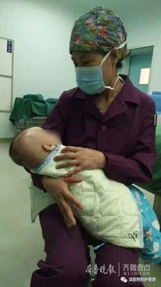 手术室 张光磊 摄 在支护士长有节奏的轻拍中,摇篮般的轻摇中,再哭闹的小可爱也安静在了妈妈般温暖的怀抱里。此刻,微妙的不仅仅是医护和患者的存在,而是妈妈和孩子的相互依偎,而是亲情的蔓延,是爱的延伸。静默下的术前紧张氛围不再压抑,相互对视的眼眸里,弥漫着的是关爱,是体贴,是温暖!