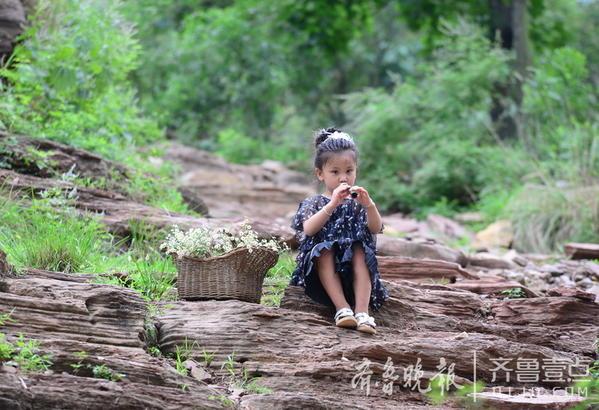 """7月9日,壹粉""""壹点心意""""在情报站发布了一组照片。壹粉留言:""""美丽的山亭区三道峪,第一次来,但很美。"""""""