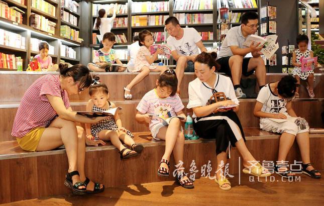 枣庄连日都是35℃以上的高温高湿天气,人们纷纷走进当地的鲁南书城阅读书籍,在书香中觅清凉。
