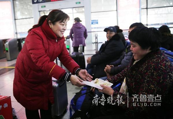 """2月8日,记者从烟台火车站获悉,2月8日是农历腊月廿三,也是民间传统节日""""小年"""",烟台火车站候车室内,工作人员为旅客送上水饺,让旅客感受浓浓年味。通讯员 王丹 齐鲁晚报 齐鲁壹点记者 吕奇 编辑 小武"""