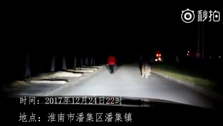 暖!老奶奶深夜独自回家,民警为她照亮回家的路