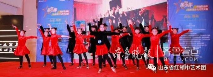 """12月2日,齐鲁星少年""""得益乳业杯""""2017山东省少儿才艺大赛潍坊区域决赛在潍坊泰华城拉开帷幕,经过一个月精心准备的选手们在为期两天一晚的时间中,用最为精彩的发挥、多样的艺术表现形式为全场观众带来了一场视听盛宴!舞蹈、钢琴、琵琶、吉他、独唱、书画展示……小选手们的完美表现赢得现场观众频频喝彩!"""