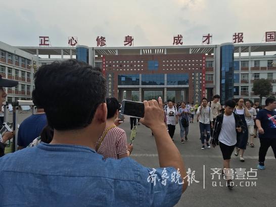 6月8日,2018年全国高考落下帷幕。随着陆陆续续走出来的考生,等候的家长们纷纷拿出手机,随时准备纪录孩子人生中的重要时刻。