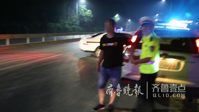 见此情形,民警随即在后追赶,驾车小伙迅速奔跑,见后方有警车追随,随即跑向路基下的玉米地,但最终还是被民警找到。