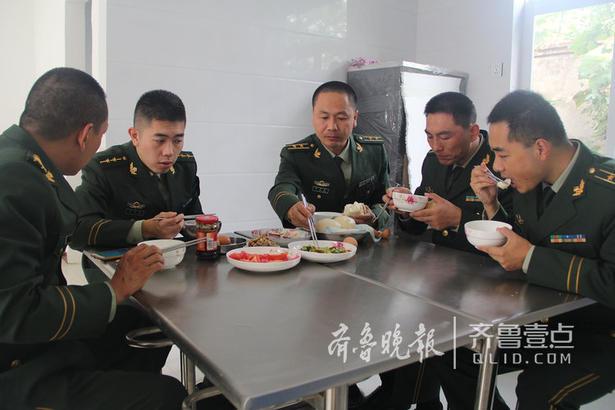 早餐很简单,馒头稀饭和几个小咸菜,吃饭间,所长王磊就把一天的工作部署下去,最近岛上执勤任务重,人手不足,杨萌来到岛上临时帮助工作。