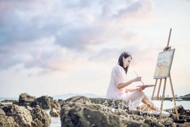 """在不飞行的日子中,辛亚静更喜欢一个人独处,自我沉淀、自我总结。这样的时刻,画画是她唯一会做的事情。""""每次都要在画布前坐几个小时,画画会让我非常专注,在画完一幅油画的时候,会很有成就感。"""