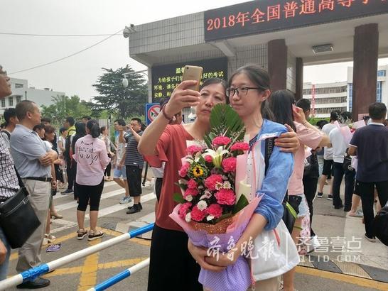 随着英语考试的结束,2018年高考画上句号,考生们走出考场、走出校门,应接他们的是家长的鲜花与拥抱!为你们骄傲!齐鲁晚报 齐鲁壹点 记者 王雅春