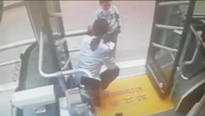 果然视频 济南六岁娃要坐公交去远方,司机帮忙找家人