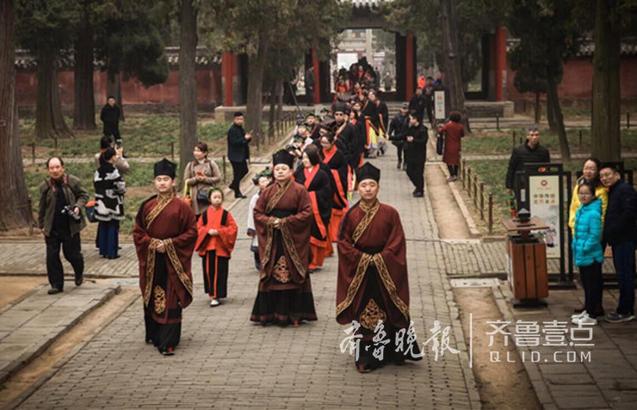 """3日,邹城在孟庙举办新春""""释菜礼""""体验暨雅乐会活动,传播尊师重道的传统美德。在庄严肃穆的雅乐声中,80多名学生在家长陪同下,身穿汉服,头戴""""采芹"""",在亚圣殿躬行拜师礼 ,表达对孟子的崇敬之情。""""释菜礼""""是自古两大祭祀先师仪典之一,逐渐演变成了一种庄重的""""尊师仪式""""。      齐鲁晚报·齐鲁壹点通讯员 王崇印 亚辉 记者 汪泷"""