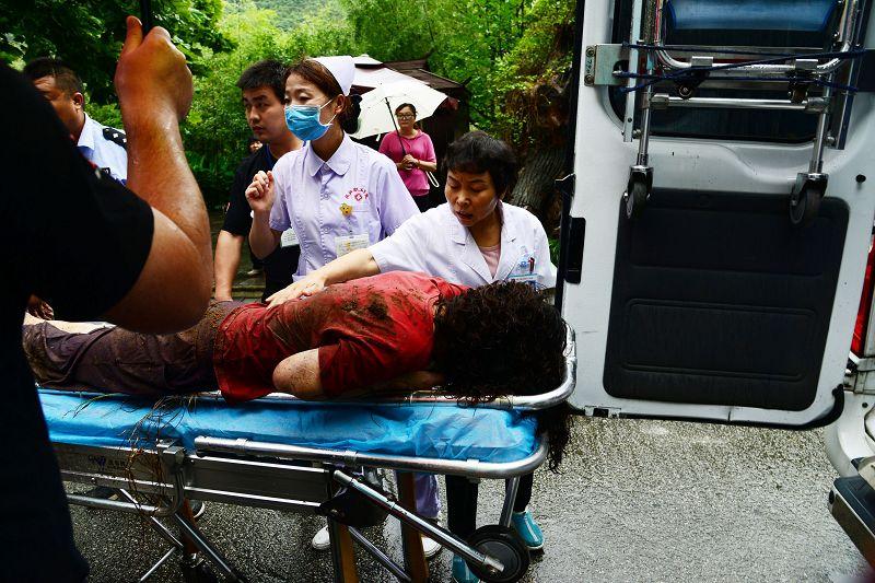 陕西汉中:雨中妇女跌入山下警民合力营救