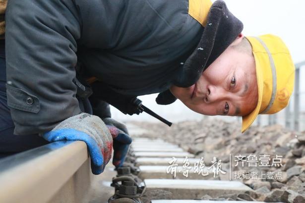 2月11日,记者从铁路济南局集团公司临沂工务段了解到,由于临沂地区突降大雪,气温的大幅变化容易引起铁路线路的几何尺寸变化,甚至可能发生钢轨折断,同时,道岔处的积雪结冰会影响道岔的扳动,严重威胁列车运行安全。  为了防止冻害发生,临沂工务段组织干部职工24小时值守,一旦出现大幅降雪,迅速组织人员上线进行应急除雪作业。同时加强铁路沿线重点设备巡检力度,及时掌握设备变化情况,确保节后运输安全,守护人们的返程之路。  记者 王玉冰 通讯员 陈柏良 唐梅