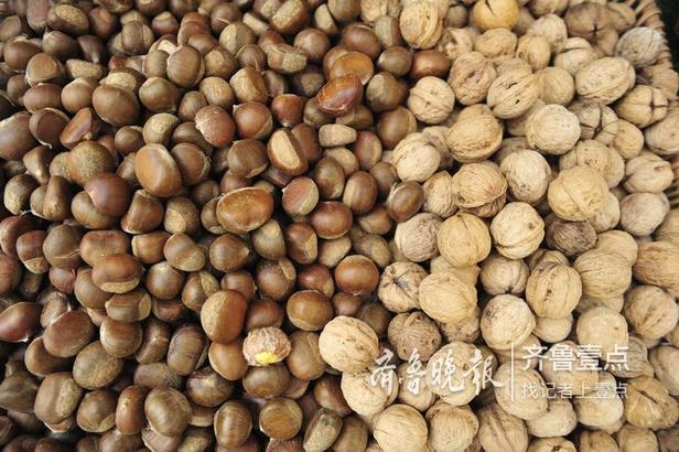 12日,在第七届文博会上,来自济南南部山区新鲜的山楂、柿子和大枣让人垂涎欲滴。