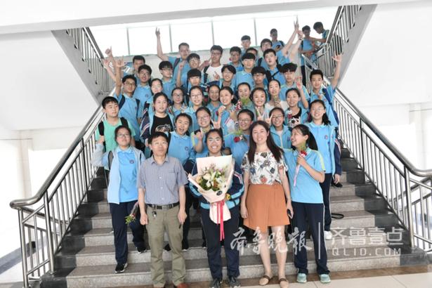 """6月13日上午11点30分,北京路中学校园,伴着清脆的鞭炮声,在长长的红地毯上,2015级18个班1043名毕业生迈着整齐的步伐,踏过""""毕业之门"""",一起感受这神圣而隆重的毕业告别仪式,为初中生活画上完美的句号。"""