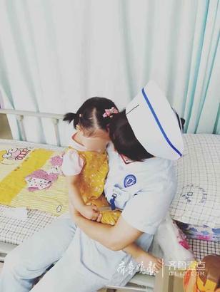 儿童呼吸与重症科 邢秀桂 摄 这一张照片也是在儿童呼吸与重症科拍摄的,每当护士抱着她,她都会安静地待在护士的怀里,有时用小手掰掰护士的手指头,数数有几根,有时也会像大人一样默默地想事情。重症监护室出来的小美女觉得自己有两个妈妈,穿护士服的妈妈也会给她扎小辫儿,打扮得美美的。