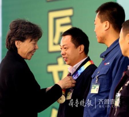 """12日,在中国技能大赛颁奖仪式上,来自苏州的电梯工人干旻旭勇夺第一,并同时获得全国""""五一""""劳动奖章提名,成为此次大赛唯一获此殊荣的选手。"""