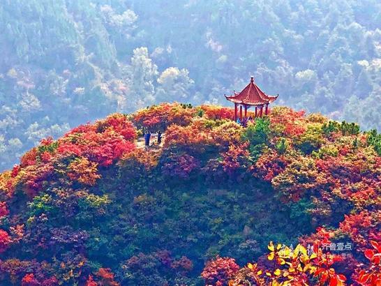 十月金秋的垛庄五彩山村,花山、小石屋掩映在漫山的红叶之中,邂逅一秋的美景,拥抱一秋山水。