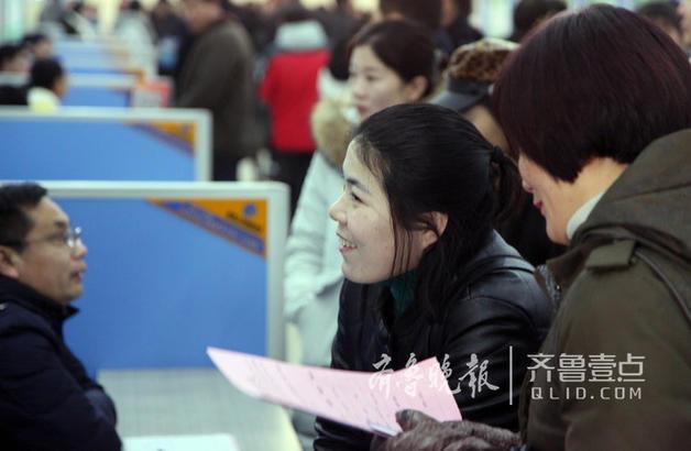 一位求职者正在仔细询问招聘要求。