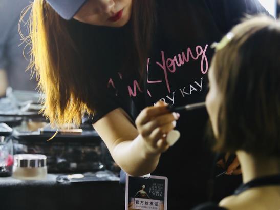 玫琳凱美容顧問們參與時裝周后臺,全程應用 Pink Young 潮流單品為上海時裝周 GALALAND 秀場 6 場時尚大秀 126 位模特打造專業定制妝容,其專業度受到設計師和模特 的高度認可。
