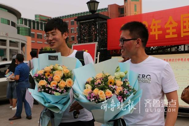 齐鲁晚报·齐鲁壹点记者看到,参加完考试后,考生们欢呼雀跃,满脸的轻松。