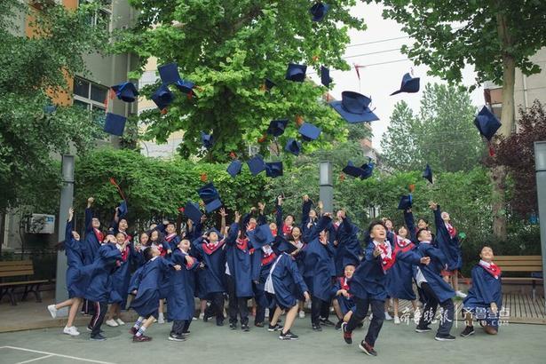"""毕业季,各色毕业照来袭:花样的大学毕业照,青涩的高中毕业照,朦胧的初中毕业照……都以各自的特色展示着人生各自重要阶段的精彩与年华。当然,作为""""人之初""""重要阶段的小学毕业照也不能缺席。 这不,一组有创意的小学毕业照袭来,萌酷帅。"""