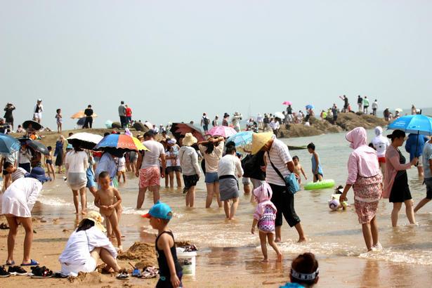 万平口景区、灯塔景区等浴场一时间人满为患。旅游者选择一早一晚出动,到海水浴场享受大海的丝丝清凉。