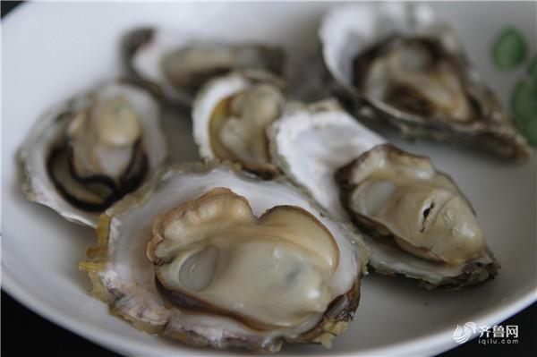 """牡蛎,又称为""""海里的牛奶""""。其富含大量蛋白质和人体所缺的锌。食用牡蛎可防止皮肤干燥,促进皮肤新陈代谢,分解黑色素。它是难得的美容圣品。"""