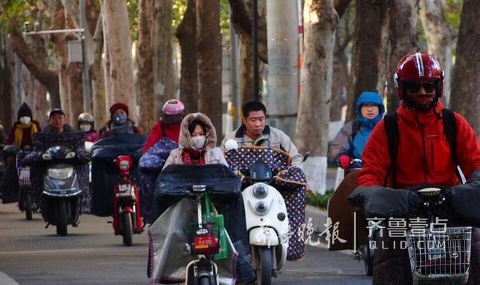 15日早晨,济南市区的气温首次低于零度。济南,行人们纷纷穿上了冬装,一副要过冬的样子。齐鲁晚报齐鲁壹点记者周青先摄