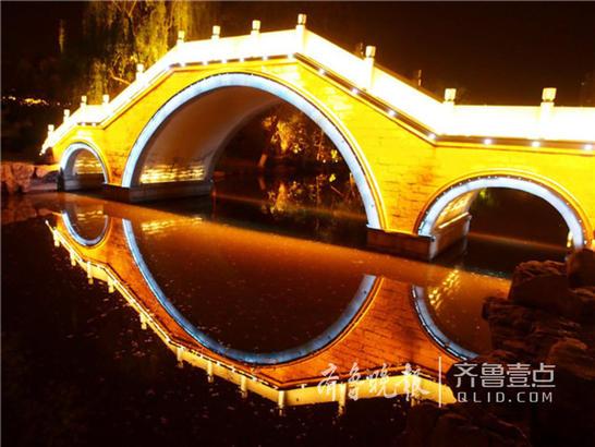 """随着""""明湖秀""""正式开放时间的临近,济南大明湖的夜色更加美丽动人,足以吸引外地游客专程来看看。"""