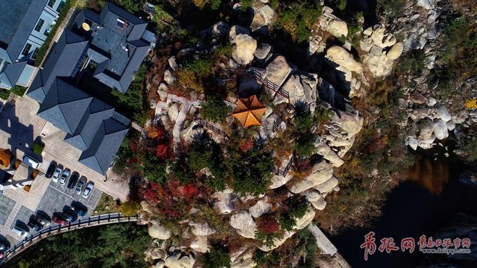 巨峰风景游览区位于崂山中部,以崂山最高峰——主峰巨峰而命名。立冬日航拍已褪去青翠的巨峰,秋意正浓,色彩斑斓的五彩林把巨峰装扮得更加磅礴大气。(青报网)