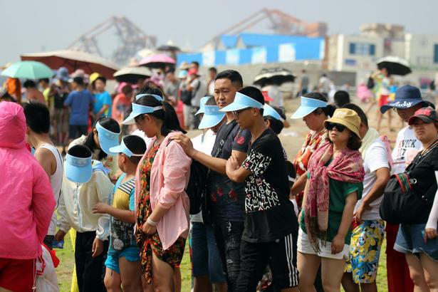而在灯塔景区,还是沿袭免费游览的传统,海边多了不少快艇游览服务的项目,游人排队等待乘船。