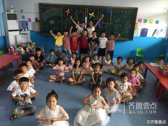 """7月6日,壹粉160327在齐鲁壹点情报站中发布了一组照片,称枣庄市薛城区巨山中心园毕业季,""""祝宝贝们快乐成长,幸福永远。"""""""