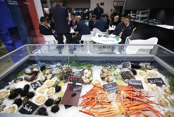 据俄罗斯联邦渔业署副主任SAVCHUK PETER介绍,中国是俄罗斯鱼产品出口的领先国家,每年从俄罗斯出口到中国的渔获数量超过100万吨。其中,到青岛的海口出口量占比六成。许多俄罗斯企业迫切希望可以将明太鱼籽向中国出口,因为中国对该产品的需求在不断增长。  齐鲁晚报•齐鲁壹点记者 张晓鹏