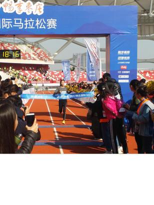 """""""跑马""""的女汉子紧随其后,成为半程马拉松女子第一名。齐鲁晚报·齐鲁壹点 记者 杨蕾 摄影报道"""