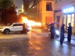 夫君因停车题目和老婆打骂,纵火烧了自家车,被刑拘