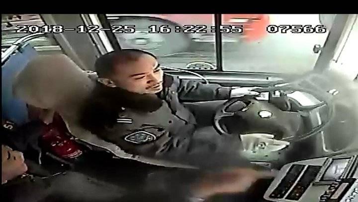 果然视频 危险!济南公交322路一乘客干扰驾驶员行车