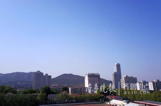 17日早晨起,济南市区又是一个极为靓丽的蓝天。预报中的大风天还没来,因此是最美的春天之一。不过看看朋友圈没啥反应,前两年遇到这么个蓝天朋友圈里早就爆刷了。 今年济南市的空气质量早就退出了后十名城市,空气质量好转看得见,大家也就见多不怪了。这是好事,大济南继续努力! 齐鲁晚报·齐鲁壹点记者 周青先 摄