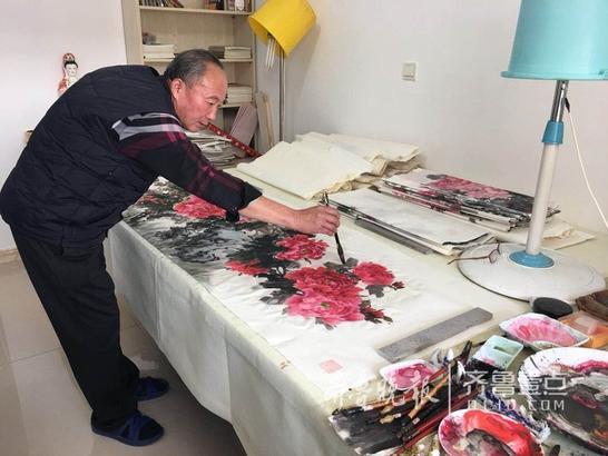 6日上午9点,记者在张洪山家中见到了他,中等身材,大眼睛,红润的皮肤,已经55岁的张洪山精神状态看起来非常好,退休后每天就在家画个画,喝个茶。