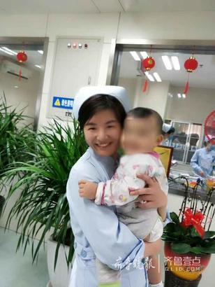 """儿童消化与肾病科 纪鑫 摄 """"来,跟阿姨亲亲,拍张照片。""""照片里两个人的笑脸灿烂如花。这是儿童消化与肾病科张丽护士,在病房里,由于只有患儿妈妈一人陪护,患儿妈妈下楼买饭时,张丽护士热心的帮她照料孩子。两人特别投缘,在这位患儿的潜意识里,护士身上有一种母性光辉吸引着他,让他特别想亲近,于是就笑着如此灿烂。"""