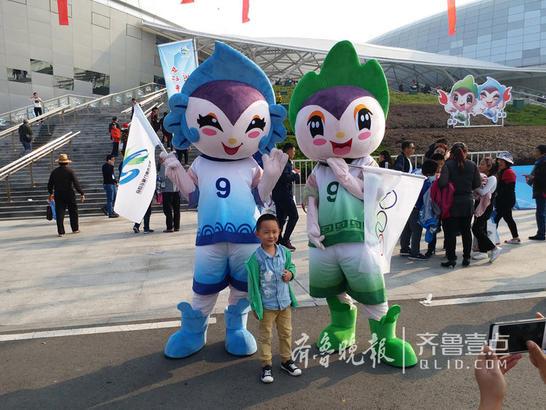 10月28日,枣庄市第九届运动会在新城枣庄市文体中心举行。在开幕式上,吉祥物祥祥瑞瑞可是吸睛无数,全场最嗨。