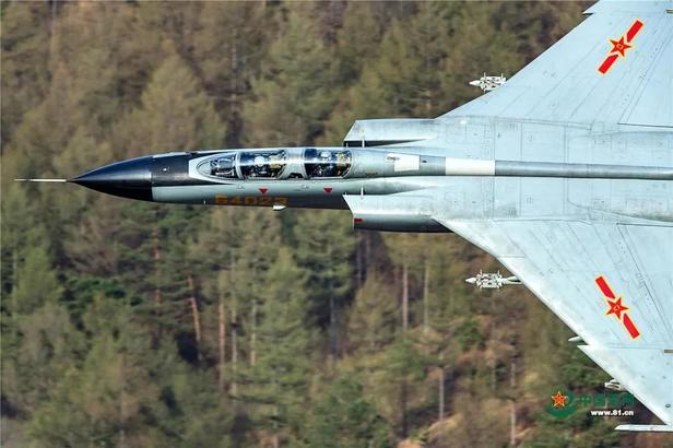 在某地进行超低空山谷飞行训练的一组图片,引起了网友的热议。