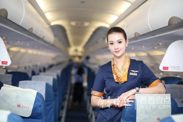 """飞行十二年,辛亚静从不敢懈怠,每一次飞行都一如既往的认真,每一次服务都真诚热情,这是她对职业的尊重,更是发自内心服务旅客的责任与担当。""""我相信,只要将心比心,真诚待人,定能收获旅客的肯定与认可。"""""""