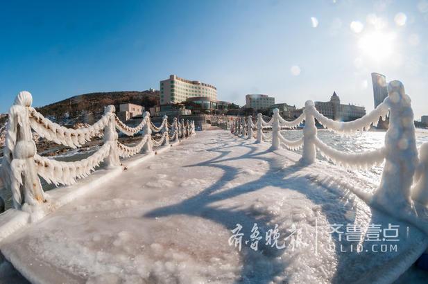 12日9时许,在威海市国际海水浴场,栈桥处风大浪急,寒风刺骨。大浪溅起的海水在铁索上迅速结成了冰挂,部分地面和铁索被冰挂覆盖,形成一道奇丽美景。威海市气象台于12日16时00分继续发布道路结冰黄色预警信号,当天市区最低气温为-7℃。(齐鲁晚报·齐鲁壹点 记者 王震 摄)编辑:小明