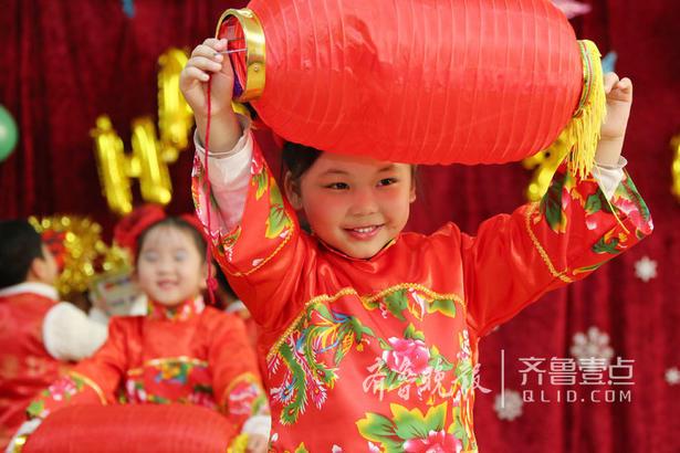 """1月29日,枣庄市妇女儿童活动中心幼儿园举办""""童心迎新年""""活动,孩子们载歌载舞,用稚嫩的嗓音放声高歌,抒发对祖国的无限热爱,在欢乐祥和的喜庆氛围中迎接新年的到来。"""