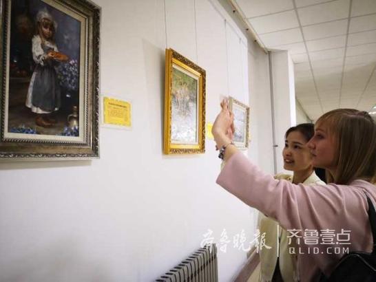据滨海学院博物馆馆长顾永静介绍,俄罗斯横跨欧亚特殊地理位置,其油画在艺术风格上既有东方色彩,又有西方特点。此次展出作品全部为博物馆自有收藏,汇聚了从17世纪的古典油画到当代的油画,既富有民族传统底蕴,又洋溢着时代气息。就读于青岛滨海学院的俄罗斯留学生们也为大家表演了自编自创的俄罗斯民族风情舞蹈,演唱了经典的俄罗斯歌曲,介绍了俄罗斯风情文化民俗等。